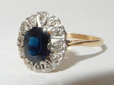 Bi-colour ring with sapphire and diamonds. 1.12 ct, no reserve price