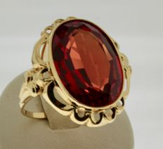 Yellow gold ring inlaid with ruby