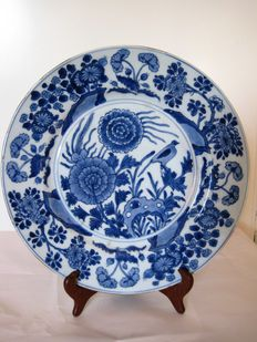 A large porcelain plate - China - 18th century (Kangxi period)