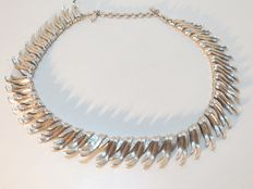 Monet - Silver tone leaves choker necklace