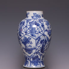 Beautiful blue white porcelain vase, long cups and flower pot with flowers in panels - China - start of 18th century (Kangxi period)