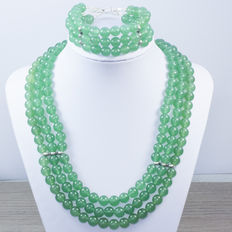 Green jade necklace and bracelet with three turns, with silver brooch.