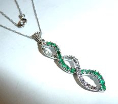 Precious stone pendant made of 10 kt / 410 white gold with emeralds and diamonds + filigree necklace