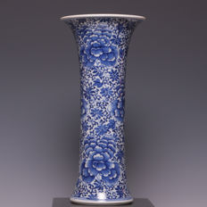 Beautiful, blue and white porcelain vase, double ring marked - China - 18th century (Kangxi period).