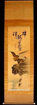 Scroll Painting (kakemono/Kakejiku) of an eagle on a rock, painted on silk and signed by 栖湖 (Seiho). Includes wooden storage box - Japan - approx. 1920