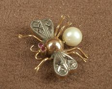 """""""Insect"""" brooch in 18 kt yellow gold with 2 rubies and 6 diamonds, from the 1950s/60s."""