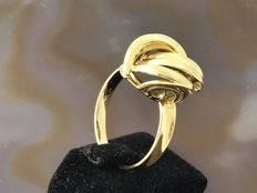 18 kt gold ring with a big ring head