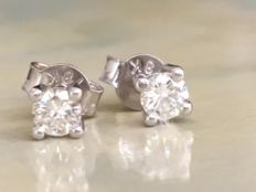 In mint condition: a pair of 18 kt white gold solitaire diamond ear studs, with approx. 0.30 ct in brilliant cut diamonds in total, G/VVS