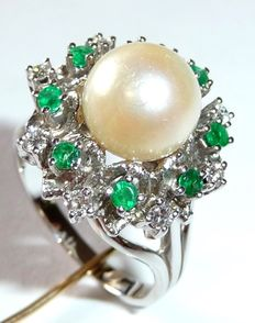 Precious stone ring made of 14 kt / 585 white gold with emerald, diamond / brilliant cut and Akoya pearl