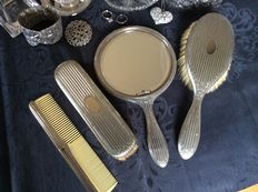 3-piece vanity set Silver-plated vanity set with accessories.