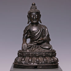 Beautiful, finely tooled bronze Buddha - China - 16th/17th century. (Ming period.)