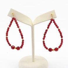 Long 18 kt/750 yellow gold and coral earrings.