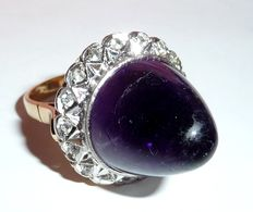 An extraordinary antique ring in 14 kt / 585 gold with a huge amethyst cone + entourage