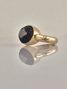 Ring – 18 kt gold with pavé of black and white (colour G, clarity VVS) diamonds.