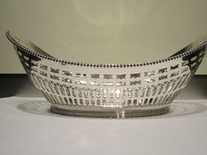Silver puffs basket with pearl edge, C.L.J.  Begeer, 1919