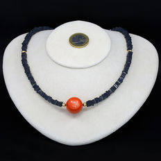Necklace made of tanzanites and a large coral sphere, with an 18 kt (750/1000) yellow gold clasp.