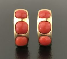 Luminous pair of earrings from the 1950s in 18 kt yellow gold, decorated with 3 large Mediterranean coral cabochons