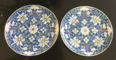 Set of two hand-painted porcelain plates with lotus scrollwork – China – 19th century