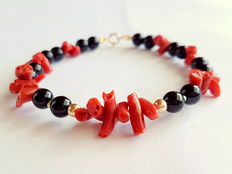 Bracelet made of 100% natural red coral pearls, onyx, with 14kt yellow gold clasp and inbetween-pearls