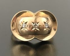 18 kt pink gold Art Deco dome  ring decorated with a H/VS diamond trilogy in a starry setting