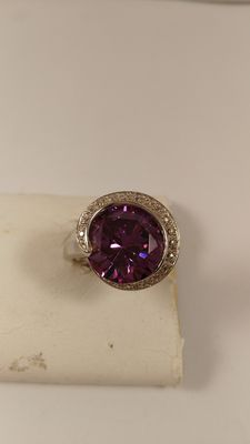 Sterling silver ring with amethyst.
