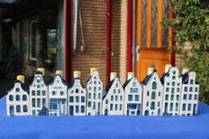 10 miniature KLM houses (BOLS) Delft Blue + a somewhat older mini catalogue / booklet