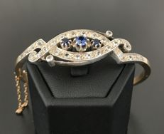 Beautiful antique bangle in 18 kt gold and silver, decorated with luminous Verneuil blue and white sapphires
