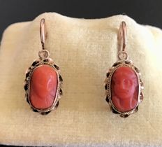 Pair of Very Old Sleepers in 14 kt Pink Gold - Decorated with Cameos on Coral depicting a Couple.