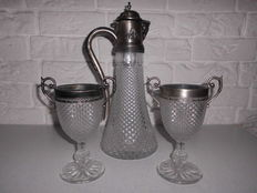 Beautiful Italian decanter with 2 matching glasses, with very fine decorated edges, stylish item!