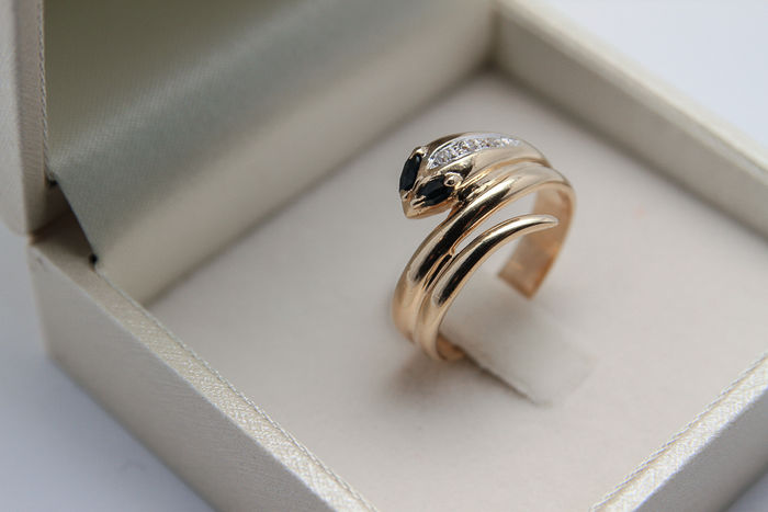 4.40 Grams 14K yellow gold snake ring with sapphire eyes