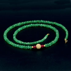 Certified necklace, with emeralds and rubies, with 18 kt (750/1000) yellow gold.