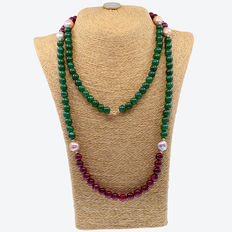 Long necklace composed of emeralds, rubies and cultured pearls with 18 kt (750) yellow gold clasp