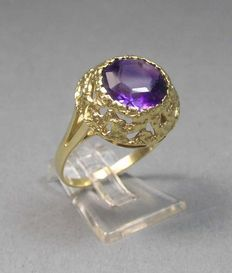 Women's 585 gold ring with large amethyst and artistic crown.