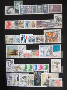 France 1987/1993 – 7 complete years with booklets – Yvert no. 2,452 to 2,853 and air mail 60 and 59b, precancelled 194 to 231, service 96 to 111.