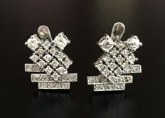 Sublime pair of earrings in 18 kt white gold with geometric tables with diamonds in pavé (total of 1.5 ct)