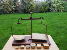 Aligarh Postal workshop scale  with a nice set of weights - England - 19th century