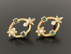 Gorgeous pair of 18 kt yellow gold openwork earrings, decorated with diamonds and emeralds (0.3 ct in total)