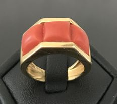 Luminous 1950s 18 kt yellow gold ring, decorated with 3 large Mediterranean coral cabochons