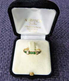 Gold women's ring, 18 kt, with diamonds and emeralds