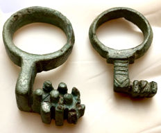 Two Roman bronze ring keys 33/44mm (2)