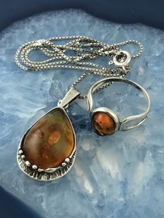 Silver necklace (Venice) with honig coloured amber pendant and ring