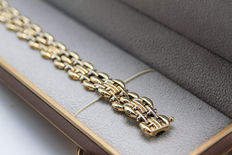 14k gold bracelet with double closer.  Classic look