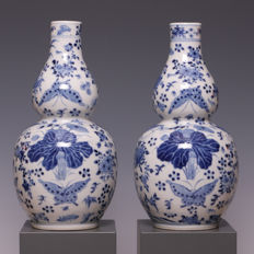 Beautiful pair of blue and white porcelain, gourd vases - China - 19th century.
