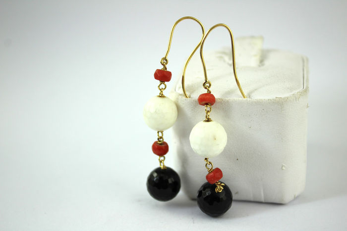 Dangle earrings – 18 kt gold – With white agate, onyx, and coral – Length, 50 mm.