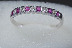 Ring in 18 kt white gold with natural rubies and diamonds – No reserve