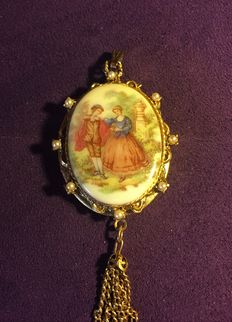 Large Pendant or Photo Locket in Scalloped Gold-Plate and Porcelain ***Era 1900-1920***