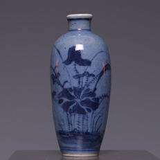 Nice blue decorated on blue fond porcelain snuffbottle, water lily - China - First half of the 20th century