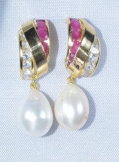 Earrings (18 kt) with rubies and freshwater cultured pearls in the shape of a droplet. ***No reserve***