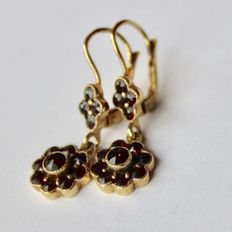Ca. 1900/1920 earrings with Bohemian facetted rose cut garnets in movable rosette shape.