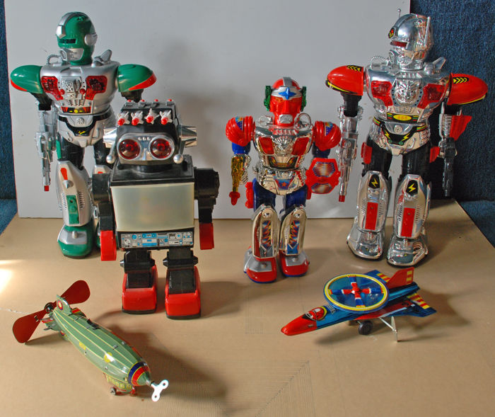 China/Hong Kong - var. Dim. - Lot with 4 plastic robots and 2 tin aircraft, 1980s/2000